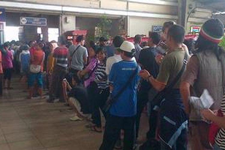 Antrean calon penumpang di Stasiun Kota pada Kamis (9/5/2013). Calon penumpang tersebut mengantre tiket kereta untuk mudik lebaran.