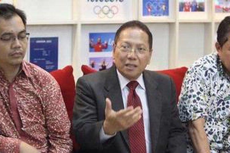 Anggota Exco PSSI, Sihar Sitorus (kiri), Sekjen PSSI Halim Mahfudz (tengah), dan penanggung jawab timnas, Bob Hippy, memberikan keterangan seusai bertemu dengan pejabat sementara Ketua Konfederasi Sepak bola Asia (AFC), Zhang Jilong, di Jakarta, Kamis (10/1/2013). Kedatangan delegasi AFC tersebut untuk menindaklanjuti upaya penyelesaian konflik PSSI dan KPSI.