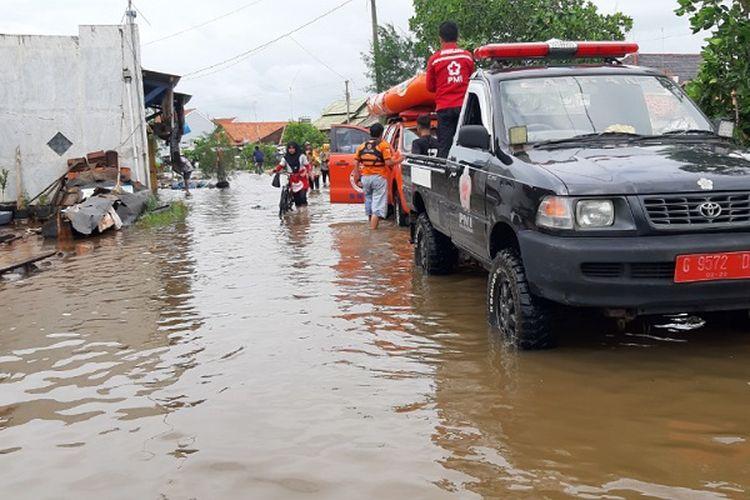 Kondisi banjir yang merendam akses jalan di Desa Wonokerto Kabupaten Pekalongan Jawa Tengah.