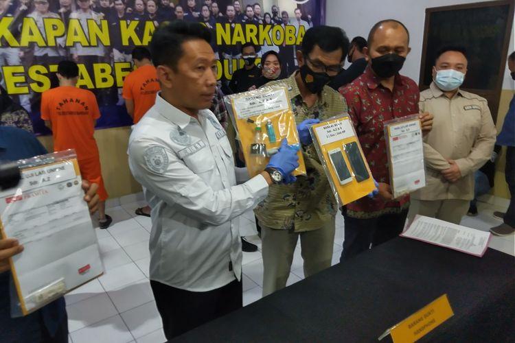 AZ tampak tengah menggunakan baju tahanan di Kantor Satresnarkoba Polresta Bandung. Vokalis band Kapten ini ditangkap setelah kedapatan menggunakan sabu.