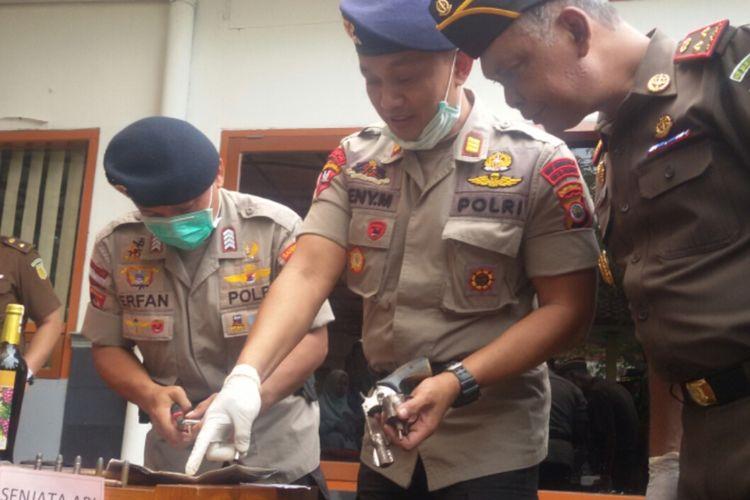 Polisi hati-hati dan teliti ketika menghancurkan pistol beserta 10 pelurunya di pemusnahan barang bukti yang berlangsung di halaman kantor Kejaksaan Negeri Kulon Progo, Daerah Istimewa Yogyakarta.