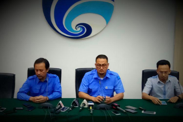 Direktur Jenderal Aplikasi Informatika Kemenkominfo Samuel Abrijani Pangarepan(tengah) dalam konferensi pers usai pertemuan dengan perwakilan Facebook kantor Wilayah Asia Pasifik di Kemenkominfo, Jakarta Pusat, Rabu (2/8/2017).