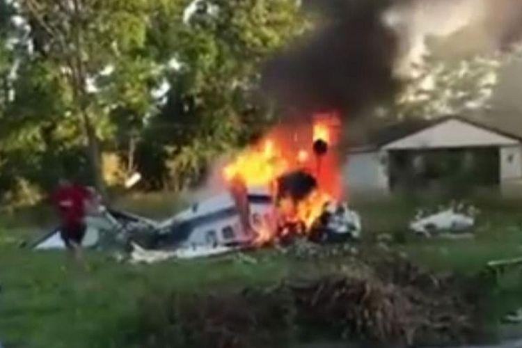 Dalam potongan gambar, terlihat Peyton Boaz berlari menghindari pesawat yang terbakar. Dia dan orangtuanya menumpangi pesawat itu ketika jatuh dan terbakar di Detroit, AS, Minggu (24/6/2018).