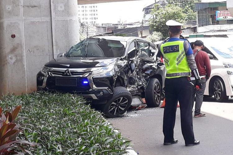 Mobil Pajero warna hitam yang ditabrak bus Transjakarta di Jalan Sultan Iskandar Muda, Kebayoran Lama, Jakarta Selatan, Selasa (10/3/2020).