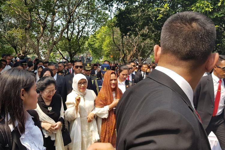 Ibu Negara Iriana (kerudung coklat) bersama Presiden kelima RI Megawati Soekarnoputri (baju hitam) dan istri Wakil Presiden Jusuf Kalla, Mufida Kalla pada pemakaman BJ Habibie.