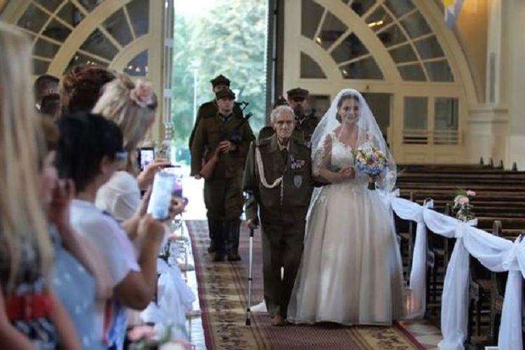 Mayor Bronislaw Karwowski (94) mendampingi cucunya, Joanna yang menikah pada akhir Agustus lalu.