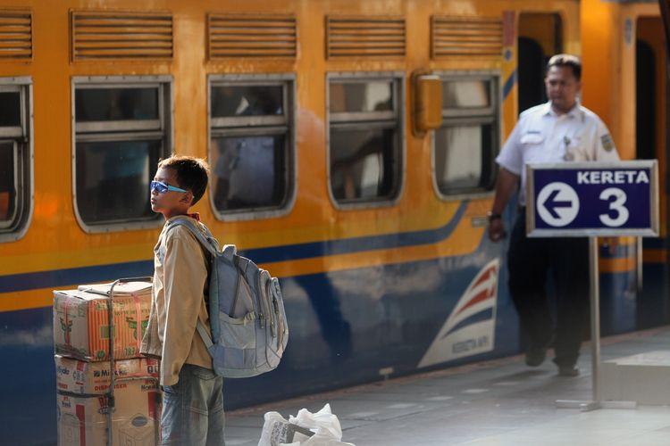 Pemudik dari Yogyakarta mulai berdatangan kembali ke Jakarta menggunakan Kereta Api Fajar Utama di Stasiun Senen, Sabtu (2/8/2014). Dinas Perhubungan memprediksi arus balik Lebaran 2014 akan mencapai puncaknya pada hari Sabtu (2/8) atau Minggu (3/8), menyusul dimulainya aktivitas kerja pada Senin (4/8).