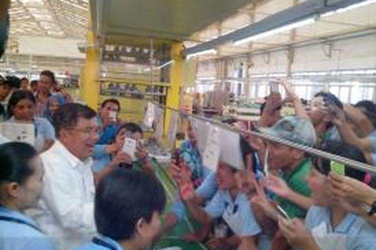 Calon wakil presiden Jusuf Kalla saat berkunjung ke pabrik PT Chung Leon di Tangerang, Banten, Senin (23/6/2014) sore