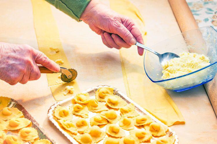 Ilustrasi seorang nenek di Italia sedang membuat tortellini handmade.