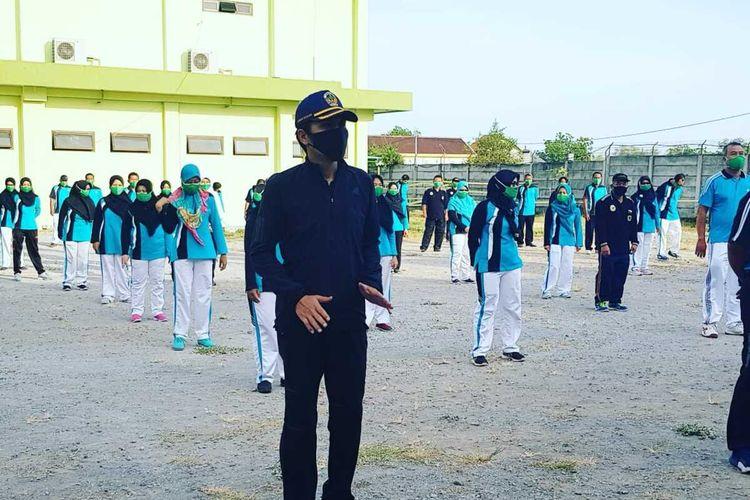 SENAM BERSAMA—Bupati Madiun, Ahmad Dawami senam bersama dengan tenaga kesehatan dan pasien covid-19 di RSUD Dolopo-Madiun. Aksi senam bersama pasien covid-19 dan nakes itu untuk menghapus stigma rumah sakit sebagai tempat penularan virus corona.