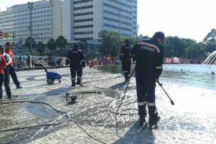 Aksi membersihkan bundaran HI, Jakarta Pusat Minggu (20/4/2014).