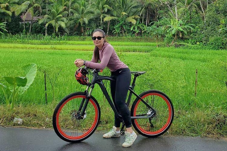 Wulan Guritno kerap mengunggah aktivitas bersepedanya, tak hanya ketika bersepeda di dalam kota tetapi juga di luar kota.