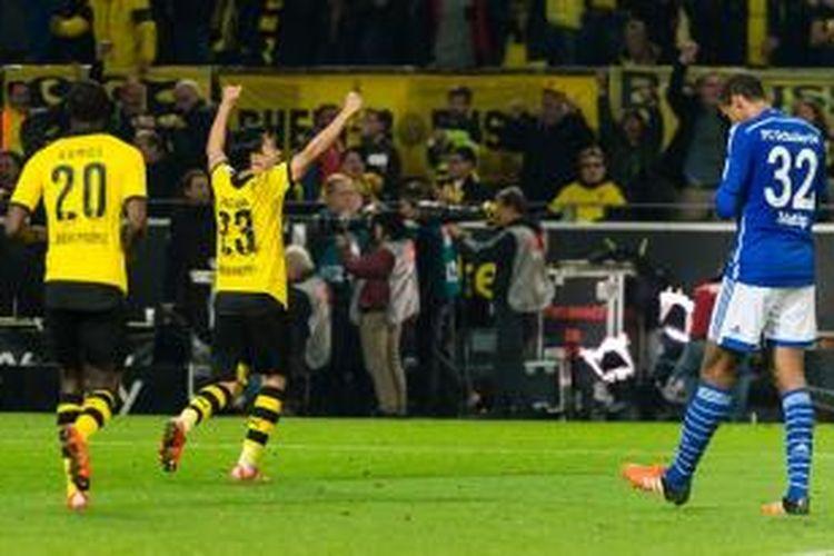 Shinji Kagawa merayakan gol Dortmund pada laga Derbi Lembah Ruhr menghadapi Schalke, Minggu (8/11/2015).