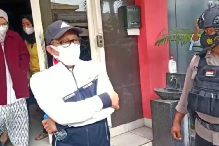 Anggota DPR RI Hasan Aminudin dan Bupati Probolinggo Puput Tantriana Sari keluar dari gedung Ditreskrimsus Polda Jatim Senin (30/8/2021) siang.
