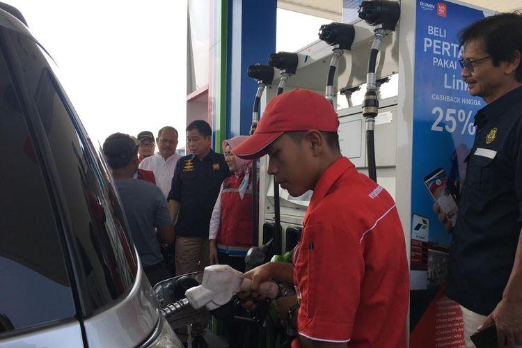 Menteri Energi dan Sumber Daya Mineral Ignasius Jonan saat meninjau kesiapan pasokan BBM di SPBU KM 519B ruas Solo-Ngawi, Sabtu (11/5/2019).