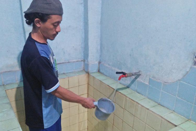 Warga mulai membersihkan bak mandi, usai air pasokan dari PDAM Lamongan berangsur normal.