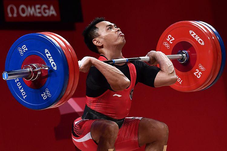 Lifter Indonesia Eko Yuli Irawan melakukan angkatan clean and jerk dalam kelas 61 kg putra Grup A Olimpiade Tokyo 2020 di Tokyo International Forum, Tokyo, Jepang, Minggu (25/7/2021). Eko Yuli berhasil mempersembahkan medali perak dengan total angkatan 302 kg.