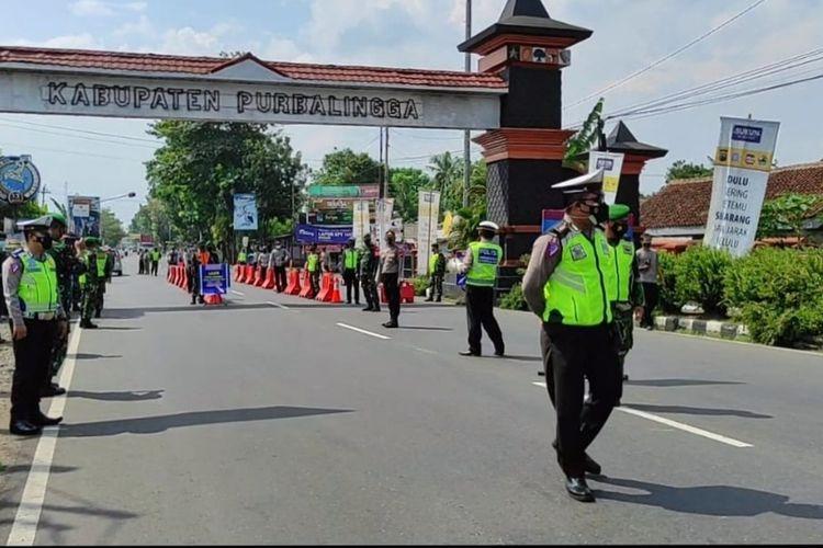 Satgas Covid-19 melakukan operasi dan tes swab acak di tugu perbatasan Desa Jompo, Purbalingga, Jawa Tengah, Sabtu (10/7/2021).