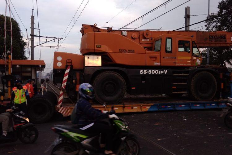 Truk pengangkut alat berat mogok di pintu perlintasan antara Stasiun Tanah Tinggi-Tangerang