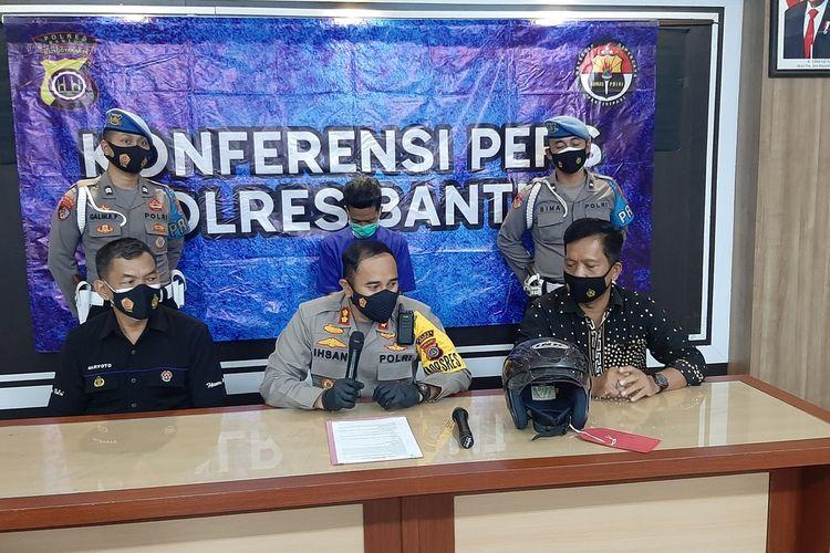 Kapolres Bantul AKBP Ihsan (Tengah), dan IZ (belakang Kaos biru) di Mapolres Bantul Rabu (14/7/2021)