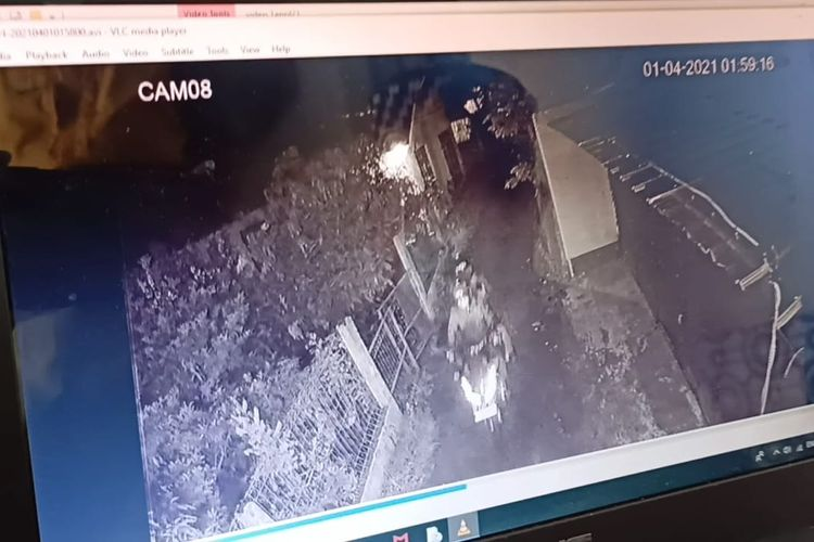 Tangkapan CCTV ketika orang tak dikenal melempari rumah Ketua Umum Persaudaraan Alumni (PA) 212 Slamet Maarif dengan batu pada Kamis (1/4/2021) dini hari.