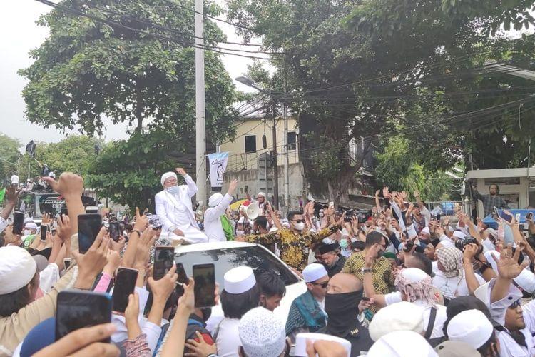 Pimpinan Front Pembela Islam (FPI) Rizieq Shihab tiba di sekitar kediamannya di kawasan Petamburan, Jakarta Pusat dan disambut oleh massa pendukungnya, Selasa (10/11/2020).