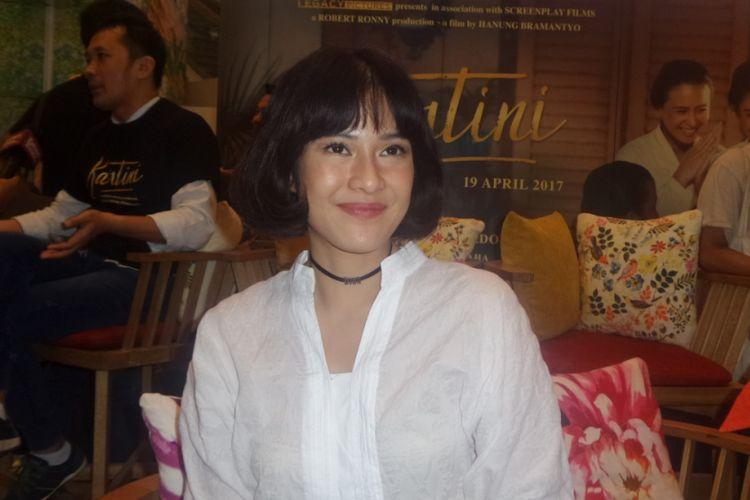 Dian Sastrowardoyo diabadikan usai konferensi pers film Kartini di Plaza Indonesia, Jakarta Pusat, Rabu (5/4/2017).