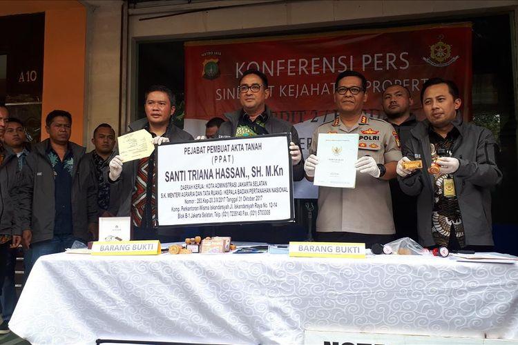 Konferensi pers sindikat penipuan jual beli rumah mewah dengan modus notaris palsu di kawasan Kebayoran Baru, Jakarta Selatan, Jumat (9/8/2019).