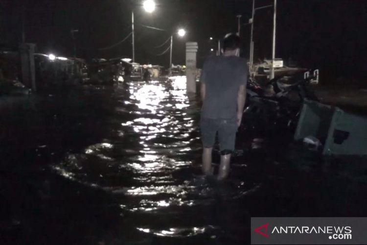 Banjir rob melanda Pelabuhan Kaliadem hingga pemukiman warga di Muara Angke, Penjaringan, Jakarta Utara, Kamis (4/6/2020) malam.