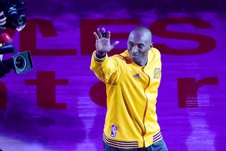 Kobe Bryant menyapa para penggemar pada laga terakhirnya di panggung NBA, 13 April 2016.