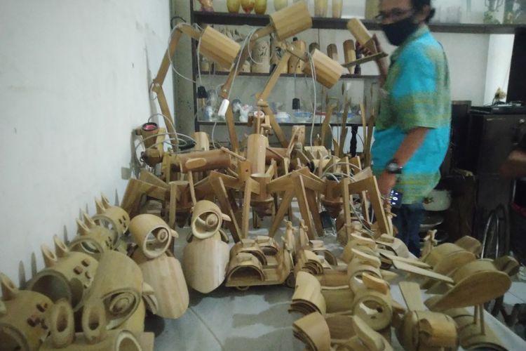 Berbagai produk kerajinan dari bambu yang diproduksi oleh Sukardi. Bersama istrinya, sosok disabilitas itu tinggal di Dusun Kayen, Desa Kayangan, Kecamatan Diwek, Kabupaten Jombang, Jawa Timur.
