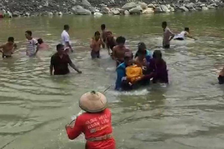 Evakuasi korban tenggelam di lokasi galian c di Dusun Sobotuwo, Desa Kronggen, Kecamatan Brati, Kabupaten Grobogan, Jawa Tengah, Senin (9/3/2020)