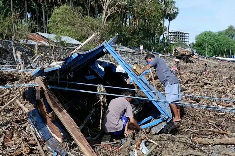 Perahu nelayan di Oesapa, Kota Kupang, NTT yang rusak terkena Badai Seroja
