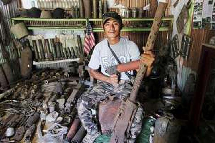 Muhlis Eso dan barang peninggalan Perang Dunia II di gubuk museum miliknya di Kecamatan Morotai Selatan, Kepulauan Morotai, Maluku Utara, Senin (18/7/2016).