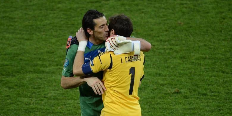 Gianluigi Buffon (kiri) dan Iker Casillas setelah duel Italia melawan Spanyol pada final Piala Eropa 2012 di Stadion Olympic, Kiev,  21 Juli 2017.