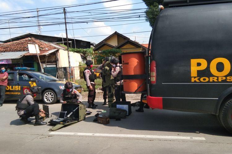 Tim Gegana tengah bersiap menyelidiki benda diduga bom di sebuah warung ayam bakar di Jalan Ahmad Yani Cikampek, Desa Cikampek Selatan, Karawang, Selasa (2/6/2020).