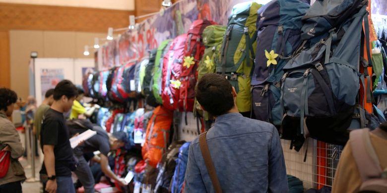 Pengunjung melihat-lihat barang yang dijual dalam acara Indonesia Outdoor Festival (Indofest) 2017 di Jakarta Convention Center (JCC), Senayan, Jakarta, Jumat (12/5/2017). Festival kegiatan alam bebas ini akan berlangsung hingga 14 Mei mendatang dengan berbagai kegiatan seperti bazaar, talkshow, workshop, permainan ketangkasan dan kegiatan menarik lainnya.