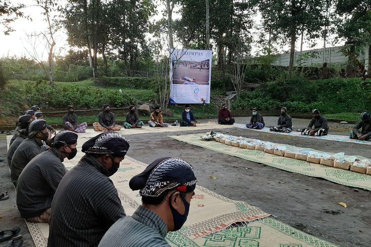 Acara kenduri selamatan bersama masyarakat dalam rangka ulang tahun Harian Kompas ke-55 di Taman Yakopan, Omah Petroek, Kampung Karang Kletak, Desa Hargobinangun, Kecamatan Pakem, Kabupaten Sleman