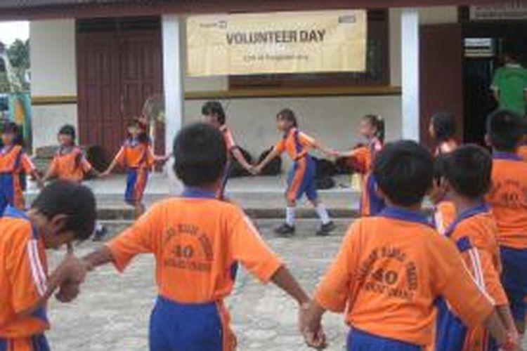 Siswa SDN 40 Pangkalpinang, Provinsi Bangka Belitung, bermain saat acara Trakindo Mengajar atau Volunteer Day berlangsung pada Sabtu (26/4/2014). Khusus untuk pendampingan guru dan murid, Trakindo menargetkan 40 SDN dari Aceh hingga Papua sejak 2010 sampai dengan 2015. Pendampingan ini berlangsung tiga tahap. Tahap pertama, pendampingan pada 10 sekolah mulai 2010. Tahap kedua, pendampingan pada 15 sekolah sejak 2011. Tahap ketiga, pendampingan pada 15 sekolah sejak 2012.