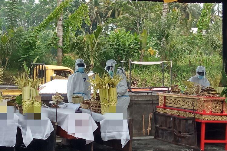 Kremasi atau pembakaran jenazah yang terkonfirmasi positif Covid-19 diKrematorium Sagraha Mandra Kantha Santhi, Desa Bebalang, Bali,