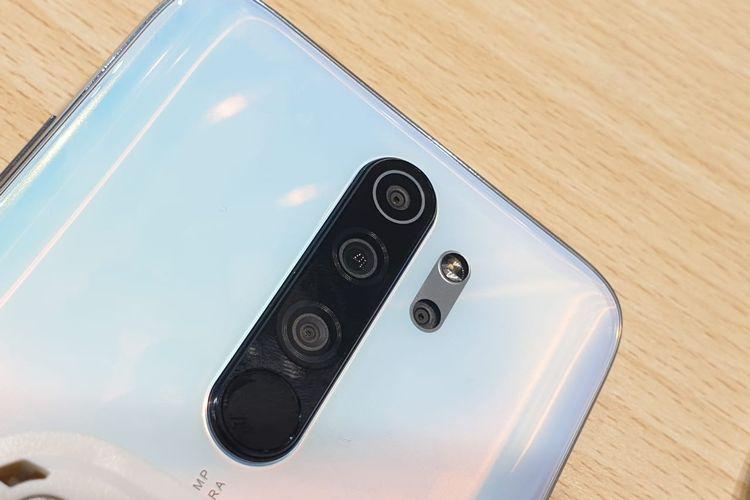 Modul kamera belakang Redmi Note 8 Pro varian Pearl White. Terdiri dari kamera utama 64 MP, ultra wide 8 MP, depth sensor 2 MP, dan makro 2 MP. Selain kamera, tedapat panel pemindai sidik jari.