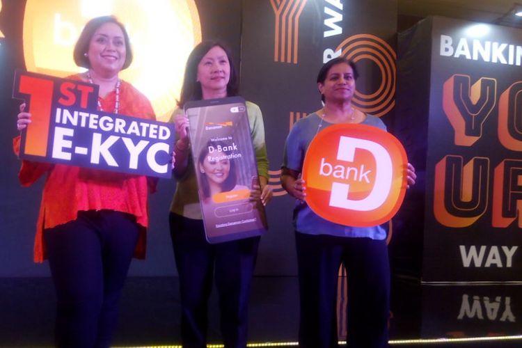 Wakil Direktur Utama Bank Danamon, Michellina Triwardhany (kiri) bersama pejabat Danamon lainnya meluncurkan aplikasi D-Bank Registration sebagai salah satu solusi komprehensif layanan perbankan di Menara Bank Danamo, Jakarta, Rabu (30/1/2019).