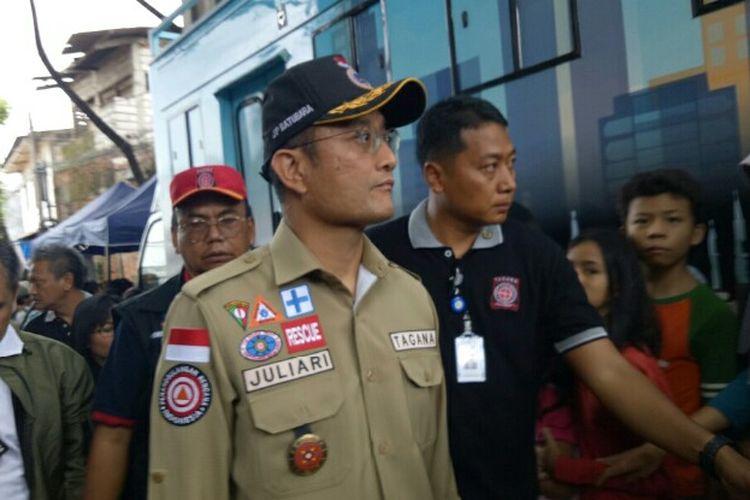 Menteri Sosial Juliari P Batubara mengatakan akan memberikan bantuan berupa uang tunai sebesar Rp 15 juta terhadap korban banjir yang berada di wilayah Jabodetabek Hal itu dikatakan saat mengunjungi lokasi banjir di Ciledug Indah 1, Kota Tangerang, Jumat (3/1/2020).