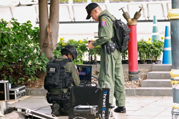 Dua orang anggota tim gegana kepolisian Thailand melakukan penyisiran setelah ditemukan adanya bom kecil di Bangkok pada Jumat (2/8/2019).