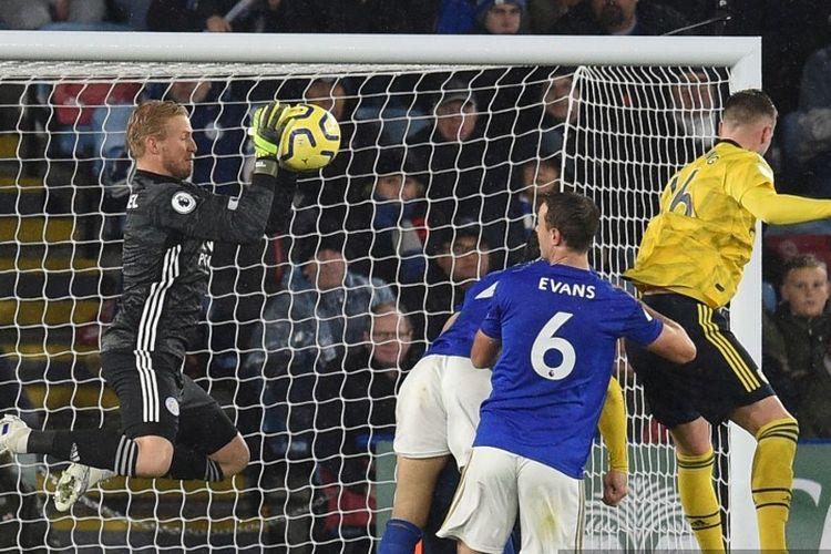 Aksi penyelamatan Kasper Schmeichel pada pertandingan Leicester City vs Arsenal dalam lanjutan Liga Inggris di Stadion King Power, 9 November 2019.