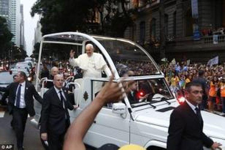 Vatikan memiliki 130 orang anggota pasukan pengamanan Paus, di mana 20 orang di antaranya memiliki spesialisasi anti-teror. Aparat keamanan Vatikan kini dalam keadaan siaga setelah ISIS mengancam akan menyerang Roma.