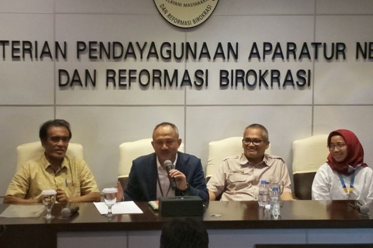 Deputi Bidang SDM aparatur KemenPAN-RB Setiawan Wangsaatmaja saat memberikan keterangan di kantor KemenPAN-RB, Jakarta, Senin (12/11/2018).