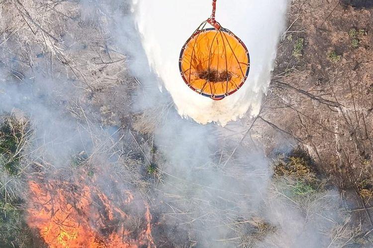 Pemadaman menggunakan helikopter water boombing untuk memadamkan api yang membakar lahan di Kecamatan Bayung Lenci, Kabupaten Musi Banyuasin, Sumatera Selatan.