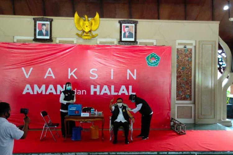 Vaksinasi Covid-19 perdana di Kabupaten Pamekasan, Rabu (27/1/2021) diwarnai dengan gagalnya Ketua DPRD dan Sekretaris Daerah. Keduanya tidak lolos screening kesehatan tim dokter.