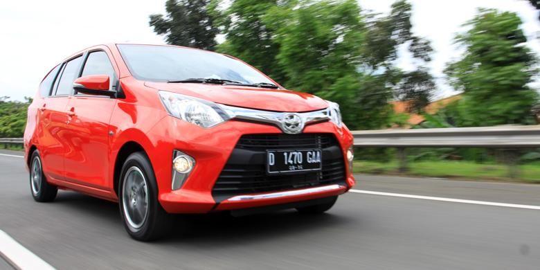 Toyota Calya melibas Tol Cileunyi.